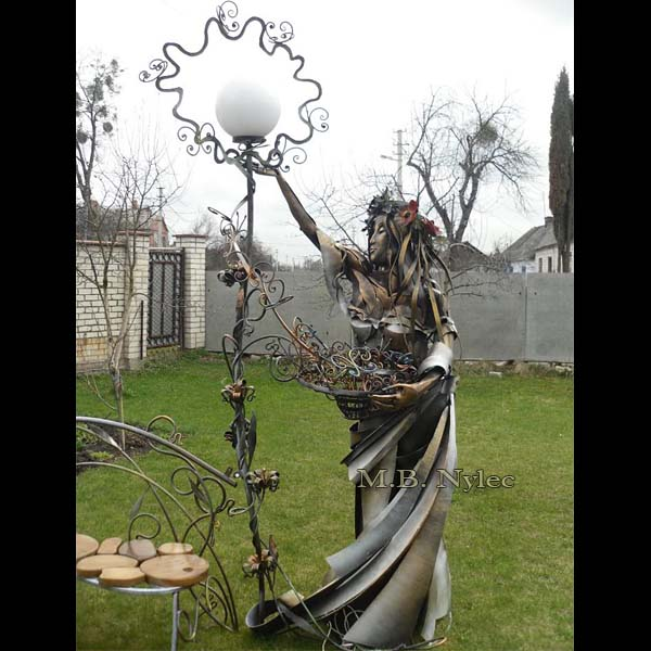 designerska lampa kuta - żeźba z metalu - kobieta wiosna ogd113