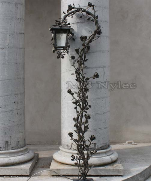 Różana lampa ogrodowa. Wysokość 2,2m. nr.kat. ogd8
